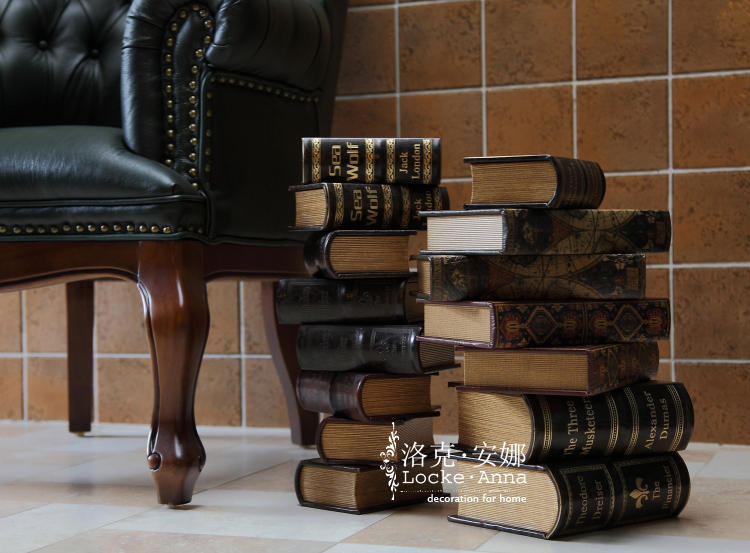 【产品特色】:欧式复古风格的仿真书,书名:The Financier <<金融家>>。 接近真皮手感的仿皮材质,外加烫皱、增加了书的质感、厚重和复古的感觉。盒式设计,既满足装饰功能,又很实用。可作为书搭配书柜,橱柜,玄关、书桌,也可做为收纳盒摆件置于茶几、边几、床头柜、书桌上做收纳作用,既使这些家具表面整洁,同时彰显了您的文化品味,提升家居的文化氛围。也可用于广告电视电影拍摄背景道具、服装店陈列装饰、高级会所软装饰、家具展示店配饰、样板房摆设等。